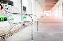 Osamotnione ławki, drogi przemian i ranku światło słoneczne, Zdjęcie Stock