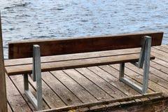 Osamotnione drewniane ławki cisi miejsca brać po całym północny Europe obraz stock