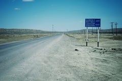 Osamotnione drogi krzyżuje pustynię dokąd między dalekie i rzadkie są ugody obrazy royalty free