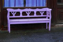 Osamotnione purpury barwiąca ławka Fotografia Stock