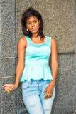 Osamotnionej amerykanin afrykańskiego pochodzenia kobiety myślący outside w Nowy Jork Zdjęcie Royalty Free