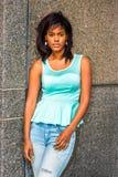 Osamotnionej amerykanin afrykańskiego pochodzenia kobiety myślący outside w Nowy Jork Fotografia Stock