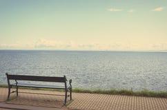 Osamotniony ławka na nadbrzeżu Zdjęcia Royalty Free