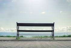 Osamotniony ławka na nadbrzeżu Zdjęcia Stock