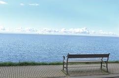 Osamotniony ławka na nadbrzeżu Obrazy Stock
