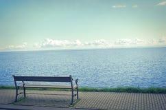 Osamotniony ławka na nadbrzeżu Obraz Stock
