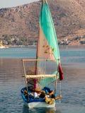 Osamotniony żeglarz w łodzi rybackiej Obrazy Royalty Free