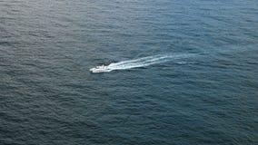 Osamotniony biały jacht w otwartym morzu zdjęcie wideo