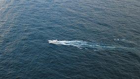 Osamotniony biały jacht w otwartym morzu zbiory