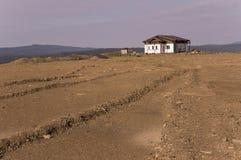 Osamotniony biały zapominający budynek na piasek górze Zgłębia spokojnego niebieskie niebo z odcieniami purpury Ural krajobrazy B Fotografia Stock
