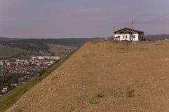 Osamotniony biały zapominający budynek na piasek górze Zgłębia spokojnego niebieskie niebo z odcieniami purpury Ural krajobrazy B Zdjęcia Stock