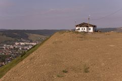 Osamotniony biały zapominający budynek na piasek górze Zgłębia spokojnego niebieskie niebo z odcieniami purpury Ural krajobrazy B Fotografia Royalty Free
