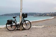 Osamotniony bicykl na plaży na chmurnym deszczowym dniu Obraz Royalty Free