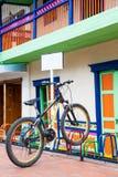 Osamotniony bicykl parkujący na kolorowym stojaku przy pięknym Guatape obraz stock