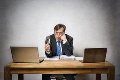 Osamotniony biznesowy mężczyzna z szampańskim szkłem Zdjęcia Stock