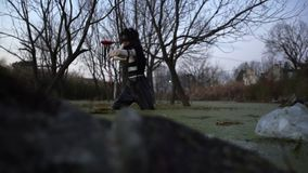 Osamotniony brudny chiński dziewczyna połów w brudnym bagnie Zanieczyszczenie, ogólnospołeczny problem, sztuka zbiory wideo