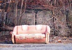 Osamotniony brudzi zaniechaną kanapę, opuszczał w ulicie Obrazy Royalty Free