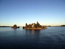 Osamotniony dom na małej wyspie, tysiąc wyspach i Kingston w Ont, fotografia stock