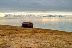 Osamotniony dom przy wybrzeżem blisko Longyearbyen, Svalbard Obrazy Stock