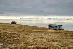 Osamotniony dom przy wybrzeżem blisko Longyearbyen, Svalbard Obrazy Royalty Free