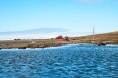 Osamotniony dom przy wybrzeżem blisko Longyearbyen, Svalbard Zdjęcie Royalty Free