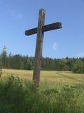 Osamotniony drewniany krzyż Zdjęcia Royalty Free