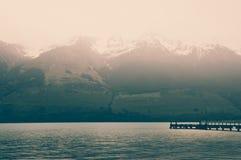 Osamotniony Drewniany molo przy Glenorchy na Jeziornym Wakatipu z rocznika Colour skutkami Zdjęcie Royalty Free