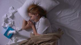 Osamotniony dziewczyna płacz w jej łóżku, wiele tkanki kłama obok, depresja, widok zbiory