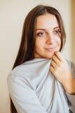 Osamotniony dziewczyny obsiadanie za choinką z teraźniejszość Obraz Royalty Free