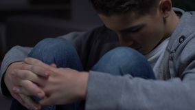 Osamotniony facet siedzi samotnie w jego pokoju, niepokój introverted osoba, depresja zbiory wideo