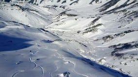 Osamotniony fachowy narciarki jechać zjazdowy w śnieżnego halnego zimy wzgórza krajobrazu 4k trutnia kamery nieprawdopodobnym pow zdjęcie wideo