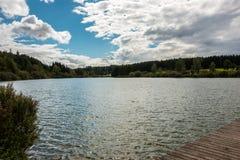 Osamotniony jezioro i niebieskie niebo zdjęcie royalty free