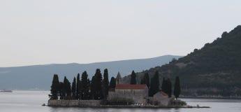 Osamotniony kościół w Kotor zatoce Zdjęcia Stock