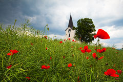 Osamotniony kościół w polu Zdjęcia Royalty Free