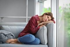 Osamotniony kobiety cierpienie od depresji zdjęcie stock