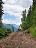 Osamotniony kobiety odprowadzenie wzdłuż footpath Zdjęcie Royalty Free