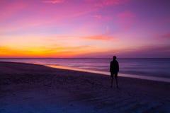 Osamotniony mężczyzna na pustej plaży Obraz Stock