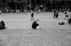 Osamotniony mężczyzna otaczający ludźmi Obraz Royalty Free