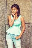 Osamotniony młody amerykanin afrykańskiego pochodzenia kobiety główkowanie na ulicie w Nowym Yo Zdjęcia Stock