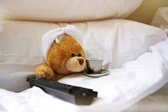 Osamotniony niedźwiedź w łóżku Zdjęcie Royalty Free