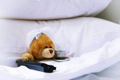 Osamotniony niedźwiedź w łóżku Obrazy Stock