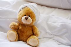Osamotniony niedźwiedź w łóżku Obrazy Royalty Free