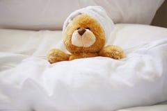 Osamotniony niedźwiedź w łóżku Obraz Royalty Free