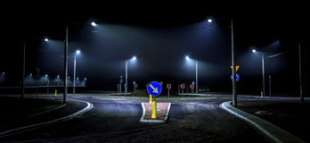 Osamotniony nocy jeżdżenie w mieście Fotografia Stock