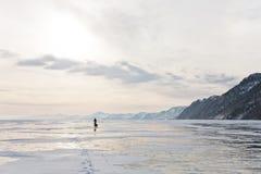 Osamotniony podróżnik na Baikal powierzchni Zdjęcia Stock