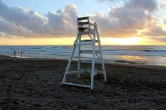Osamotniony ratownika krzesło przy plażą i wschodem słońca obrazy stock