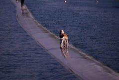 Osamotniony spacer na wodzie Obraz Royalty Free