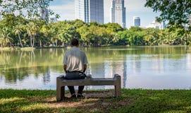 Osamotniony stary człowiek w parku obrazy royalty free