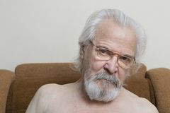 Osamotniony stary człowiek z bolesnymi oczami