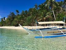 Osamotniony statek na raj piaskowatej plaży z drzewkami palmowymi, Phili obraz royalty free